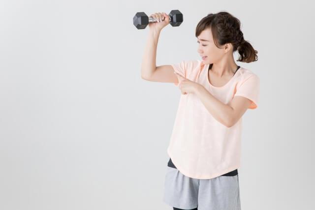腕トレーニングをする女性