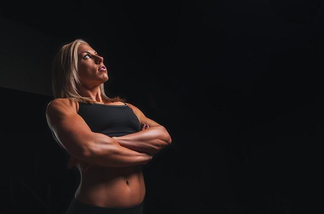 大胸筋を鍛えている女性